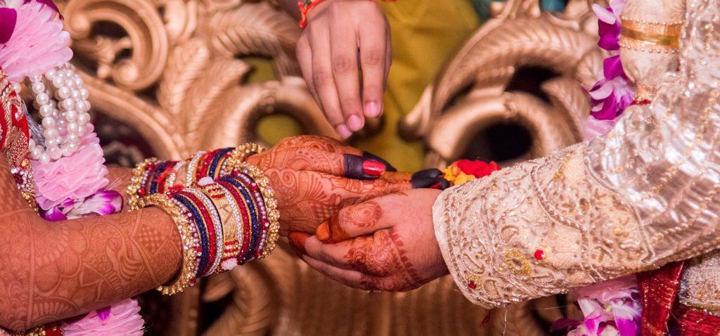 hand-holding-1404623_1920